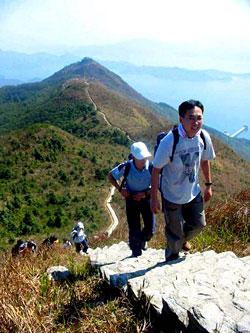 攀 登 八 仙 岭